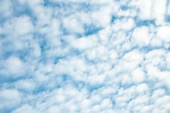 与云彩的背景在天空 免版税库存图片