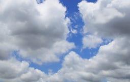 与云彩的蓝天在一个夏天 库存图片