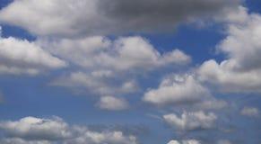 与云彩的蓝天在一个夏天 库存照片