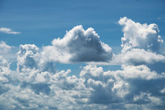 与云彩的蓝天在一个夏天 图库摄影