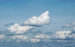 与云彩的蓝天在一个夏天 免版税图库摄影