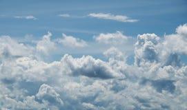 与云彩的蓝天在一个夏天 免版税库存图片