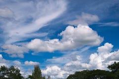 与云彩的蓝天在一个夏天 免版税库存照片