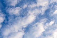 与云彩的蓝天在一个晴天 库存照片