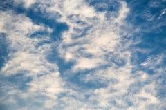 与云彩的蓝天在一个晴天 免版税库存照片