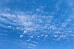 与云彩的蓝天在一个晴天 图库摄影