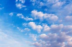 与云彩的蓝天在一个晴天 免版税库存图片