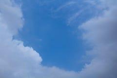 与云彩的蓝天在中心空间附近 库存图片