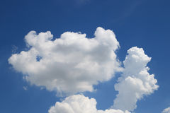 与云彩的蓝天在阳光下 免版税库存图片