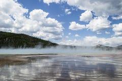 与云彩的蓝天在黄石 免版税库存照片