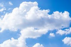 与云彩的蓝天背景的 库存照片