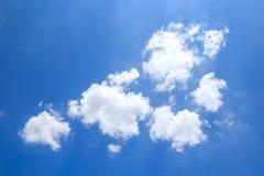与云彩的蓝天背景 免版税库存图片