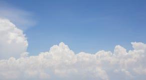 与云彩的蓝天背景 免版税库存照片