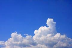 与云彩的蓝天背景 库存照片