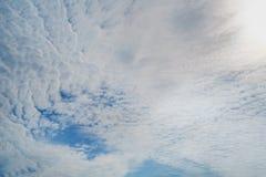 与云彩的蓝天,背景材料 免版税库存照片