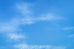 与云彩的蓝天,背景材料 免版税图库摄影
