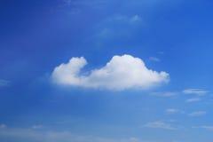 与云彩的蓝天晴天 免版税库存照片