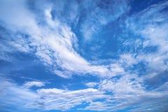 与云彩的蓝天晴天 库存图片