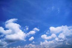 与云彩的蓝天晴天 图库摄影