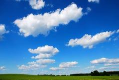 与云彩的蓝天 库存图片