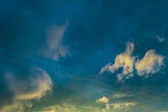 与云彩的蓝色黄色天空 图库摄影