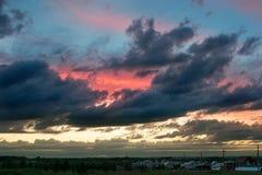 与云彩的被绘的天空在日落 免版税库存照片