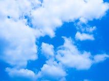 与云彩的逗人喜爱的蓝天 免版税库存照片