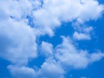 与云彩的逗人喜爱的蓝天 免版税库存图片