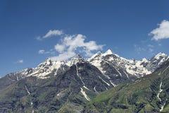 与云彩的雪峰顶 库存照片