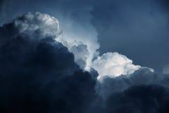 与云彩的风暴天空 库存图片