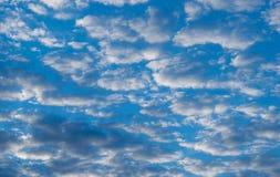 与云彩的整个背景-多云天 库存图片