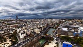与云彩的巴黎地平线 免版税库存图片