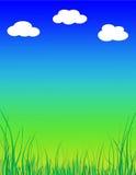 与云彩的绿草背景 免版税库存图片