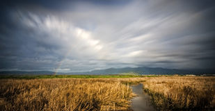与云彩的Alviso彩虹在沼泽地 免版税库存照片