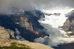 与云彩的Athabasca冰川 免版税库存照片