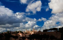 与云彩的Capitoline小山在罗马 免版税库存图片