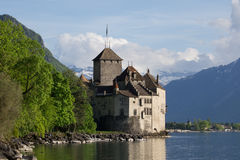 与云彩的Chillon城堡在背景中 库存图片