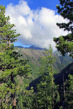 与云彩的Mountan 免版税库存图片