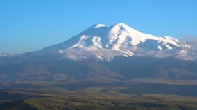 与云彩的Timelapse日落在山Elbrus,北高加索,俄罗斯 4K UHD录影 免版税库存照片