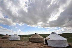 与云彩的Yurts 库存照片