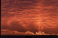 与云彩纹理的背景在日落的 免版税库存图片