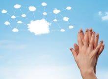 与云彩网络系统的手指面带笑容 免版税库存照片