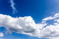 与云彩背景墙纸的蓝天 图库摄影