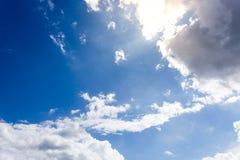 与云彩背景墙纸的蓝天 免版税库存照片