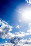 与云彩背景墙纸的蓝天 库存图片