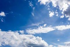 与云彩背景墙纸的蓝天 库存照片
