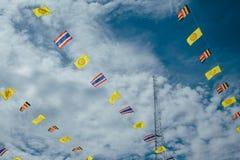 与云彩蓝天的泰国旗子串 免版税库存图片