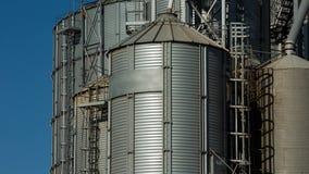 与云彩运动的Timelapse在天空 现代五谷终端 电梯金属坦克  五谷干燥复合体 股票视频
