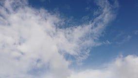 与云彩颜色烟卷与敬畏运动,光吹和戏剧的时间间隔在天空蔚蓝的 股票录像