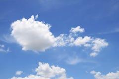 与云彩,背景的好的蓝天 免版税库存图片